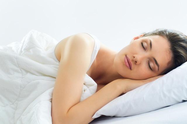 画像: 手を顔に当てて寝ない