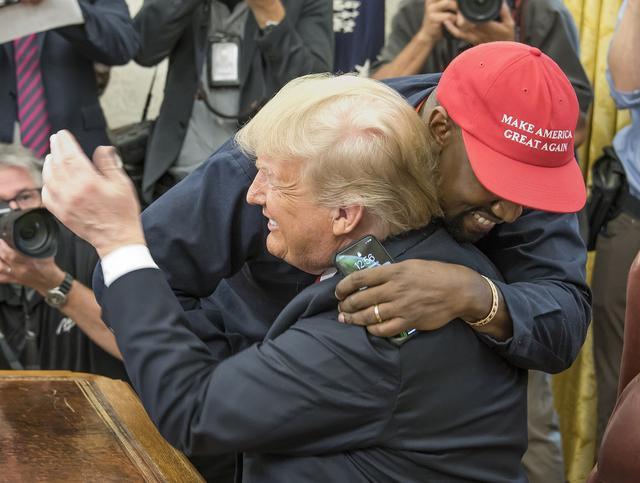 画像: がっちりとハグを交わすカニエとトランプ大統領。