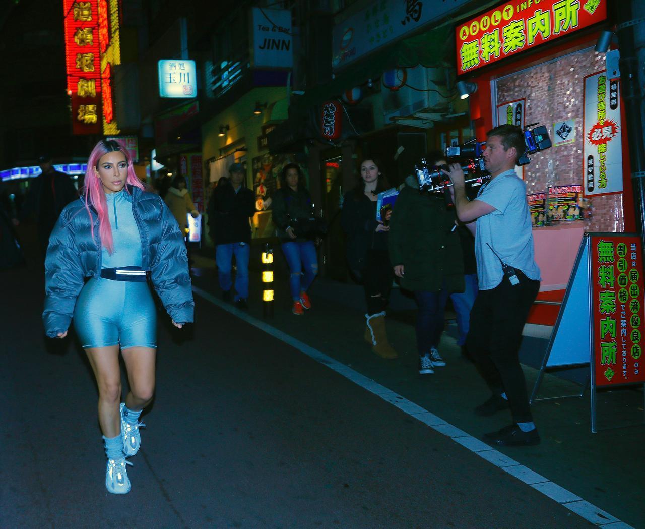 画像: 渋谷を歩きまわるキム・カーダシアンご一行。カメラクルーを従えていただけに、目立ちまくっていた。