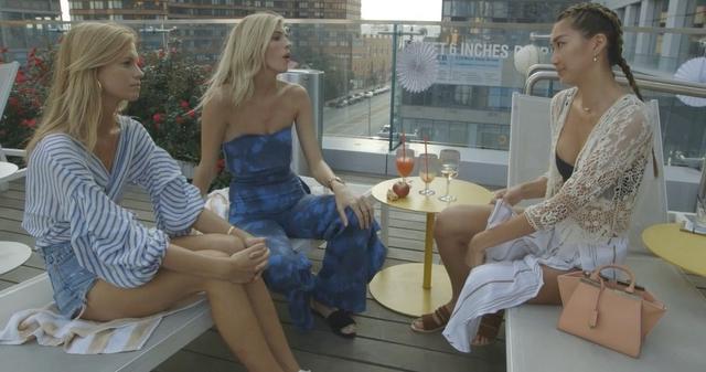 画像: 「今年はどうだった?」とヴィクシーのオーディションについて情報交換するモデルたち。