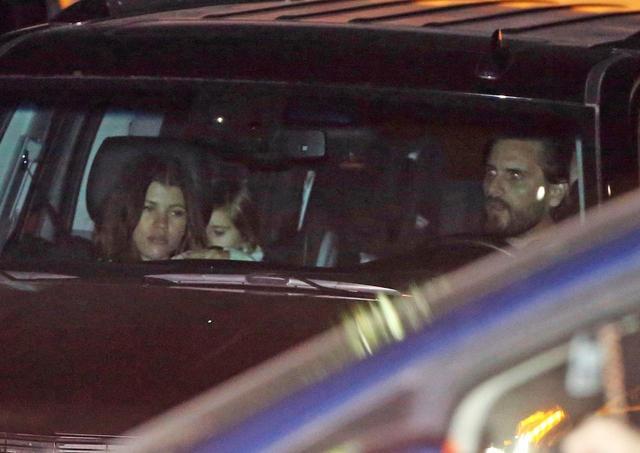 画像: 2018年1月末、ソフィアと子供たちを車に乗せて日本食レストランNobuスコットを後にするスコット。