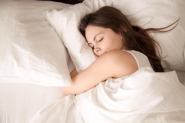 画像: 睡眠は年2,500時間!マクラによるシワを撃退する3つの方法