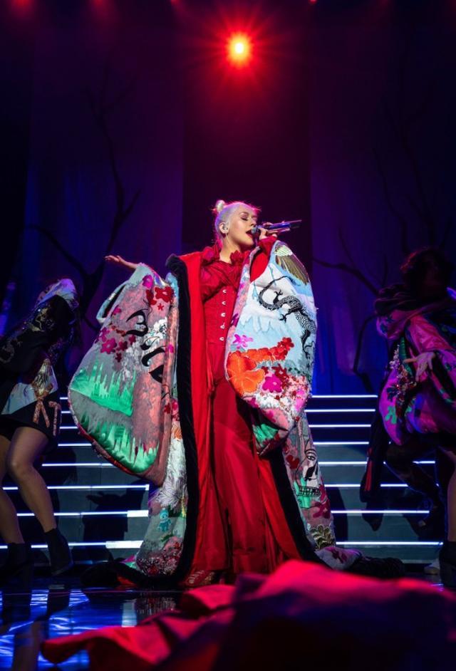 画像1: クリスティーナ・アギレラ、10年ぶりのツアーでお気に入りの衣装は「着物」