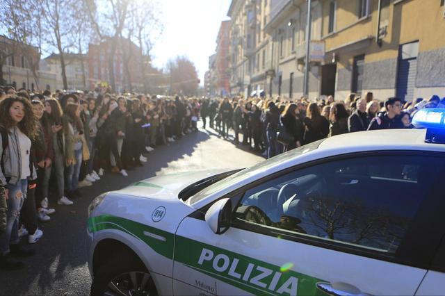 画像: キャメロンがミラノファッションウィークでイタリアに訪れた時には、多くのファンがキャメロンのホテルにつめかけ、警察が出動するほどの大混乱に!