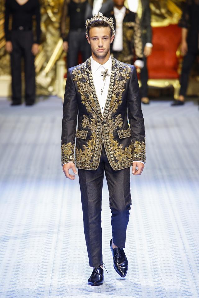 画像: ミラノ・ファッションウィークでDolce & Gabbana2019春夏コレクションのランウェイを歩くキャメロン・ダラス