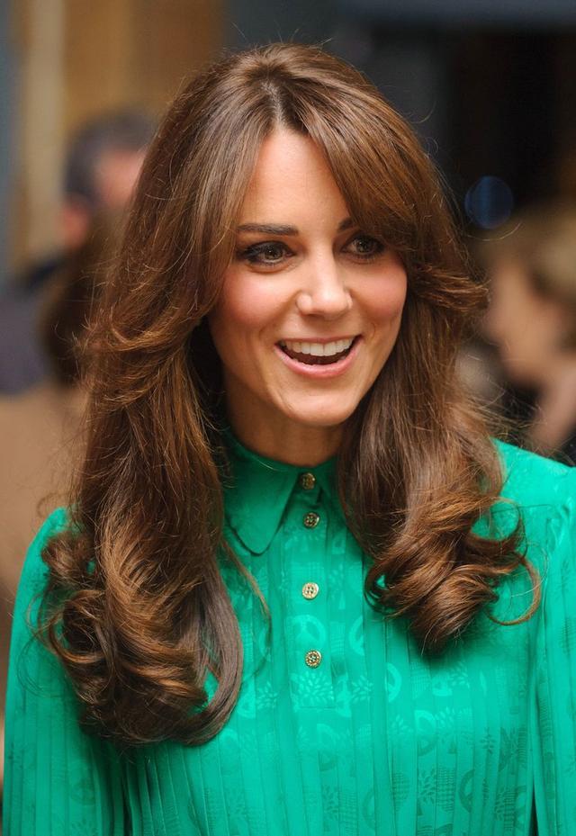 画像: 2012年11月、ジョージ王子の妊娠を発表する1カ月ほど前に70年代風のバングスを作ったヘアスタイルをお披露目したキャサリン妃。