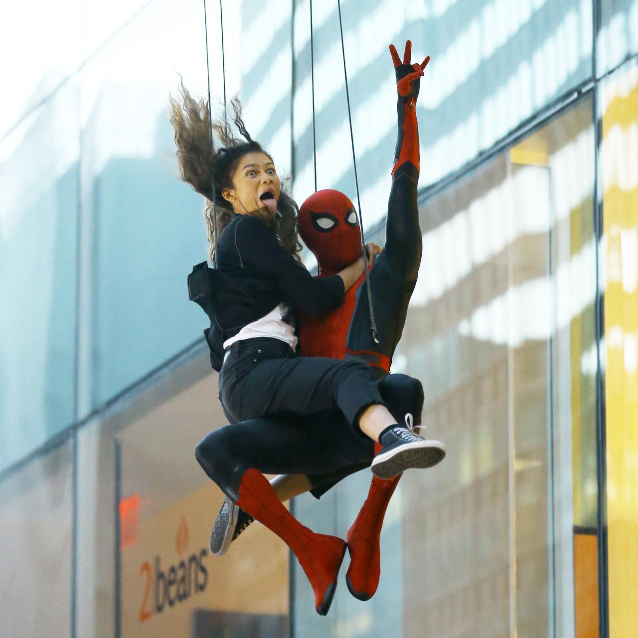 画像5: 『スパイダーマン』撮影中にゼンデイヤがスパイダーマンにしがみつき空中を舞う