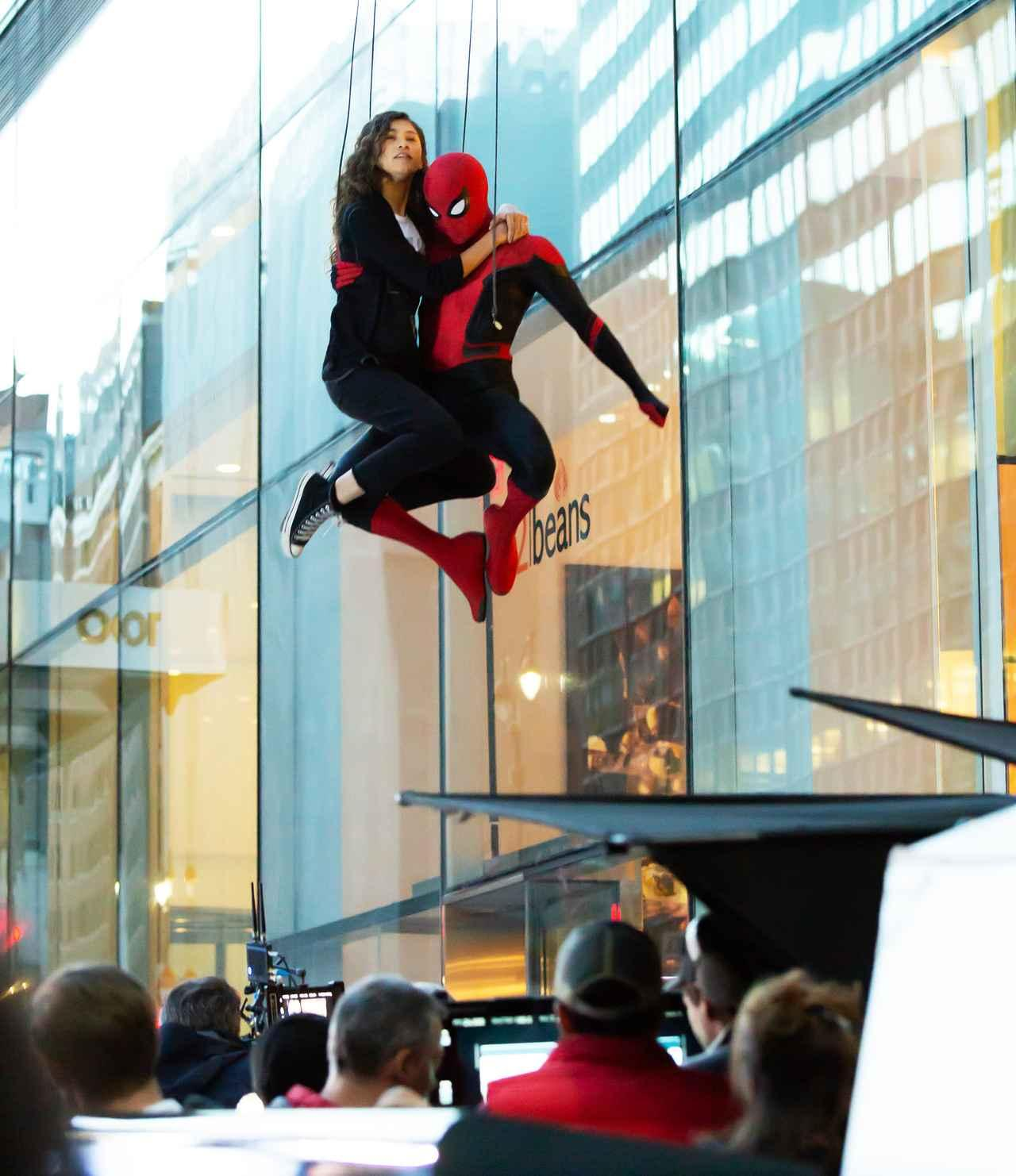 画像4: 『スパイダーマン』撮影中にゼンデイヤがスパイダーマンにしがみつき空中を舞う