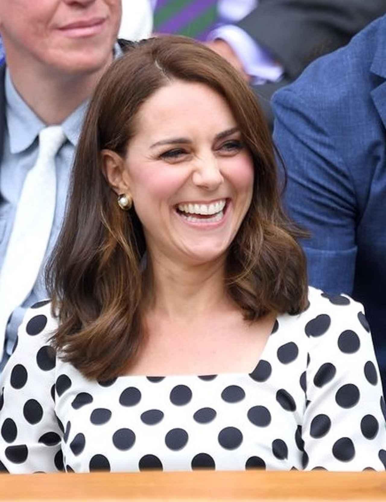画像: ルイ王子の妊娠が伝えられる約1カ月前、2017年7月に行われたウィンブルドン選手権でのテニス観戦時にこれまでより短くカットしたミディアムへアをお披露目したキャサリン妃。