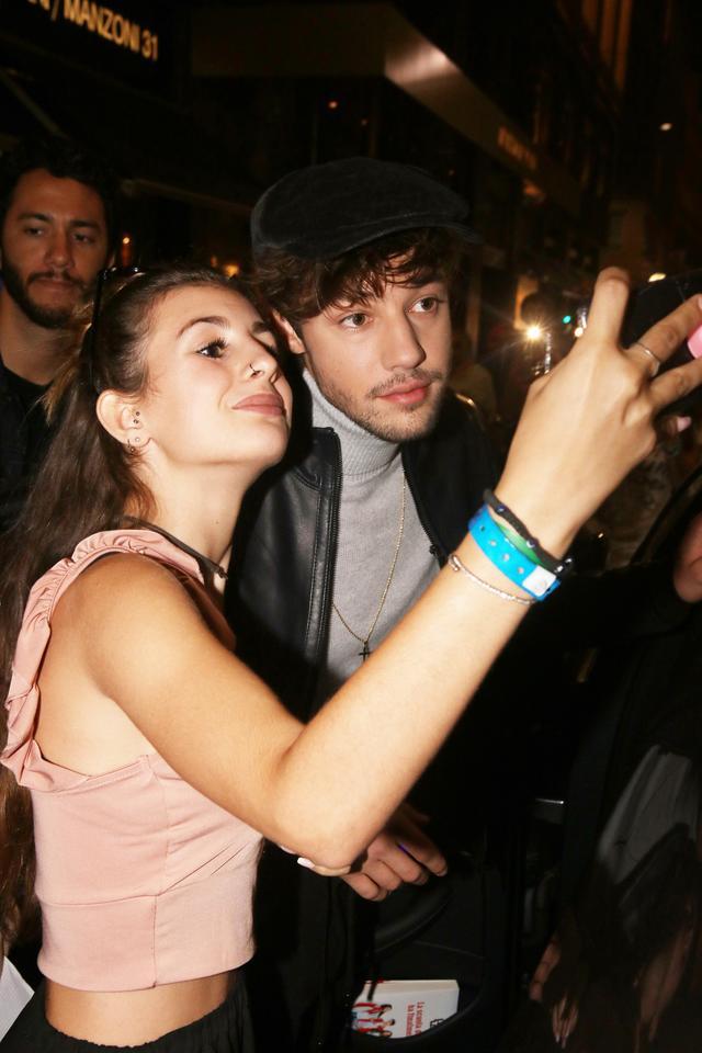 画像: ミラノ・ファッションウィークでファンと写真撮影するキャメロン。