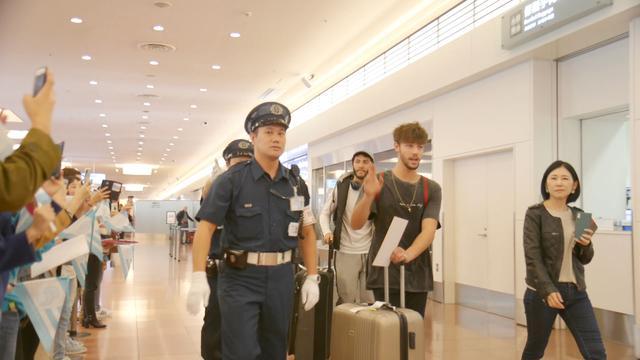 画像: ファンに迎えられ空港到着