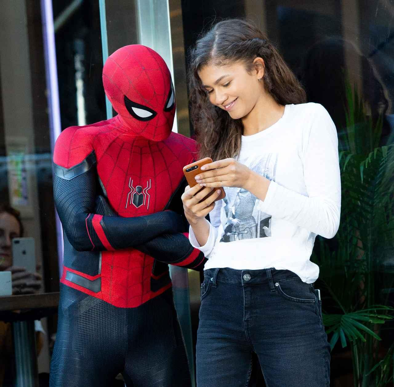 画像3: 『スパイダーマン』撮影中にゼンデイヤがスパイダーマンにしがみつき空中を舞う