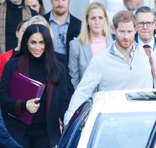 画像: メーガン妃とヘンリー王子の最新写真。オーストラリア到着時。