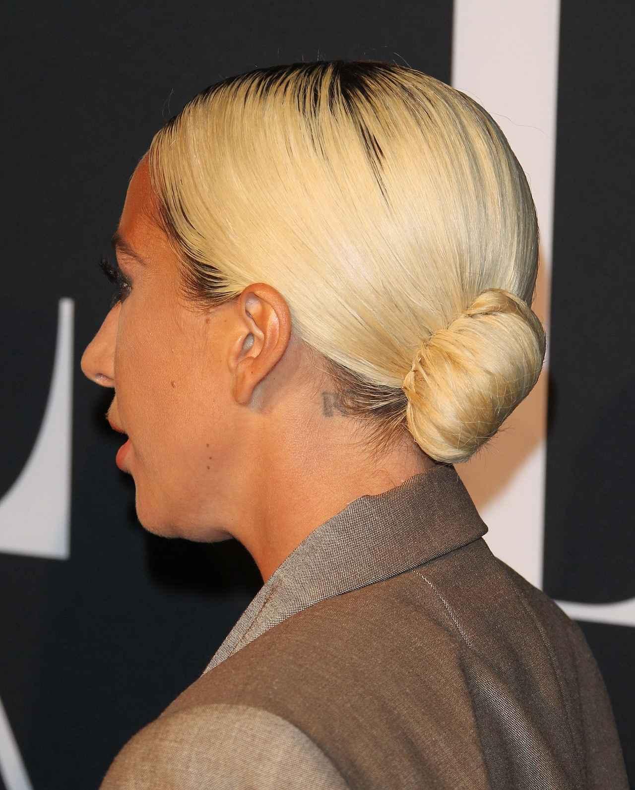 画像: 髪型もすっきりとローシニヨンにまとめてミニマルに。
