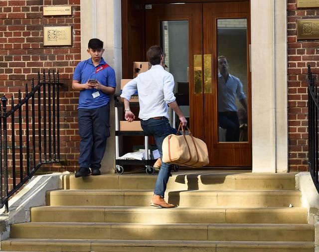 画像: ピッパの出産数時間前、セント・メアリー病院のリンド・ウィング病棟に駆け込んでいく夫ジェームズ。