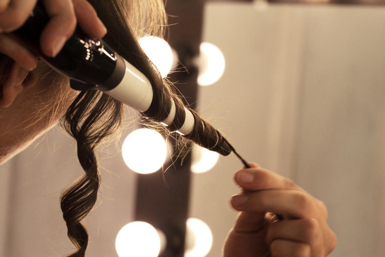画像: まとめ髪はカールをつけて