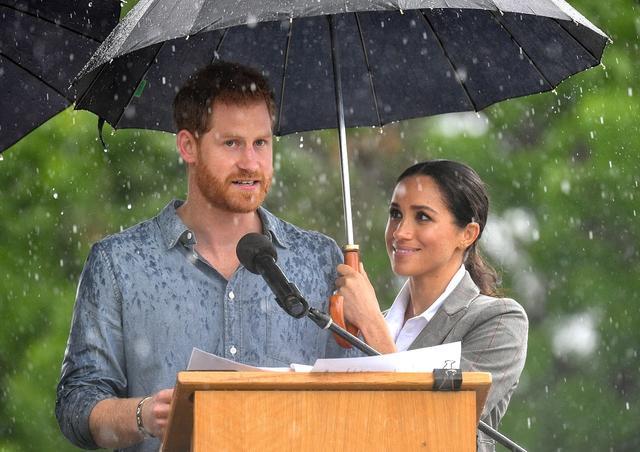 画像3: メーガン妃&ヘンリー王子夫妻、外遊の地で「ロイヤルミラクル」起こす