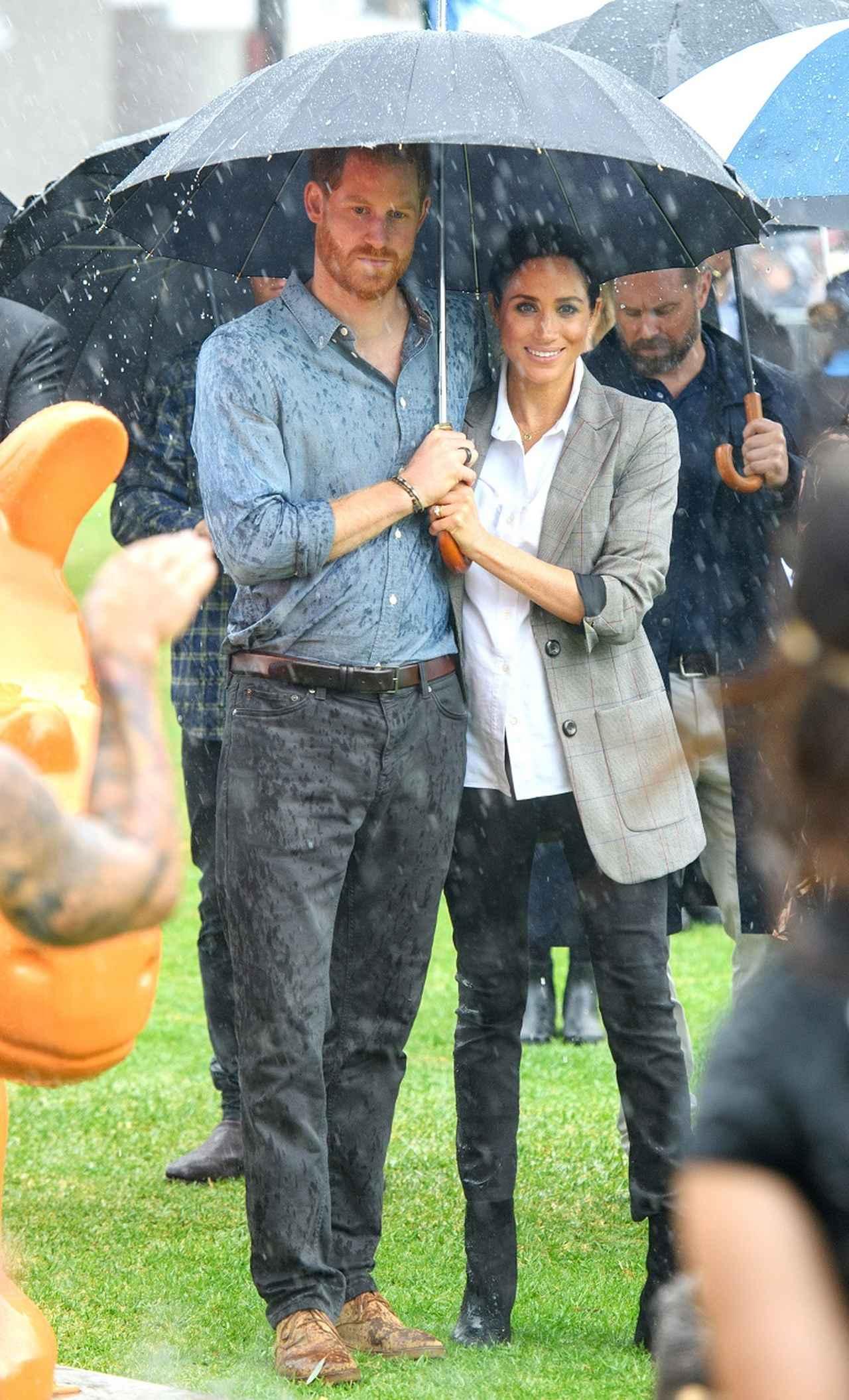 画像2: メーガン妃&ヘンリー王子夫妻、外遊の地で「ロイヤルミラクル」起こす