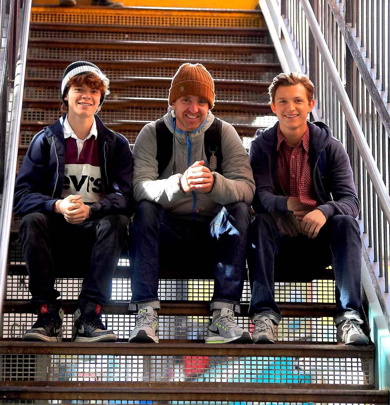 画像: 右に座っているのがトムの弟ハリー。