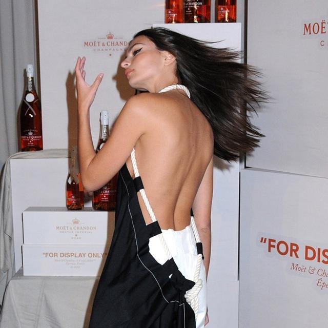 画像4: エミリー・ラタコウスキー、「裸エプロン」風ドレスをノーブラでさらりと着こなす