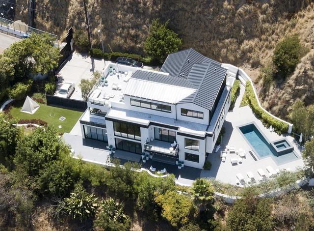 画像: 上空から見た元デミ邸。
