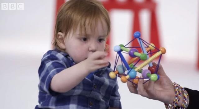 画像: こちらは女児だが、男児だと勘違いした被験者はパズルや車のオモチャを与えた。©BBC Stories