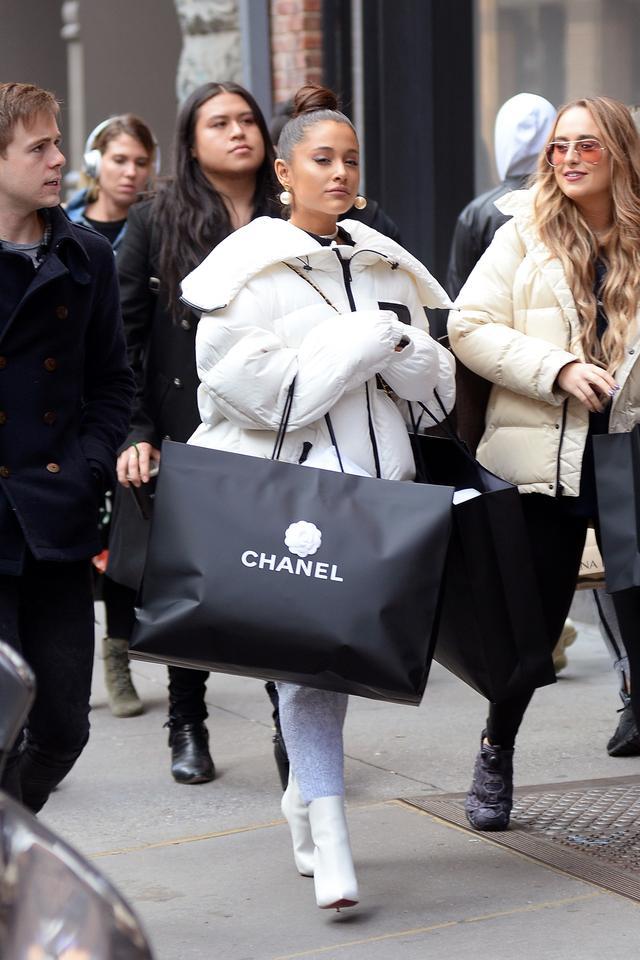 画像1: アリアナ・グランデがシャネルで「爆買い」!失恋の痛手ショッピングで癒す?