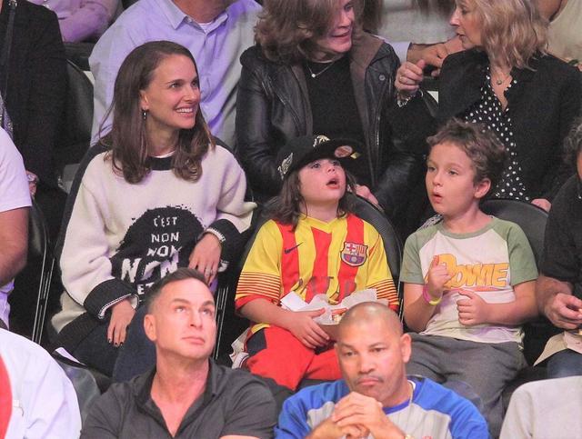画像: 友人親子と一緒に試合観戦に訪れたナタリー&アレフ君。グリーンと白のラグランTシャツを着ているのがアレフ君。