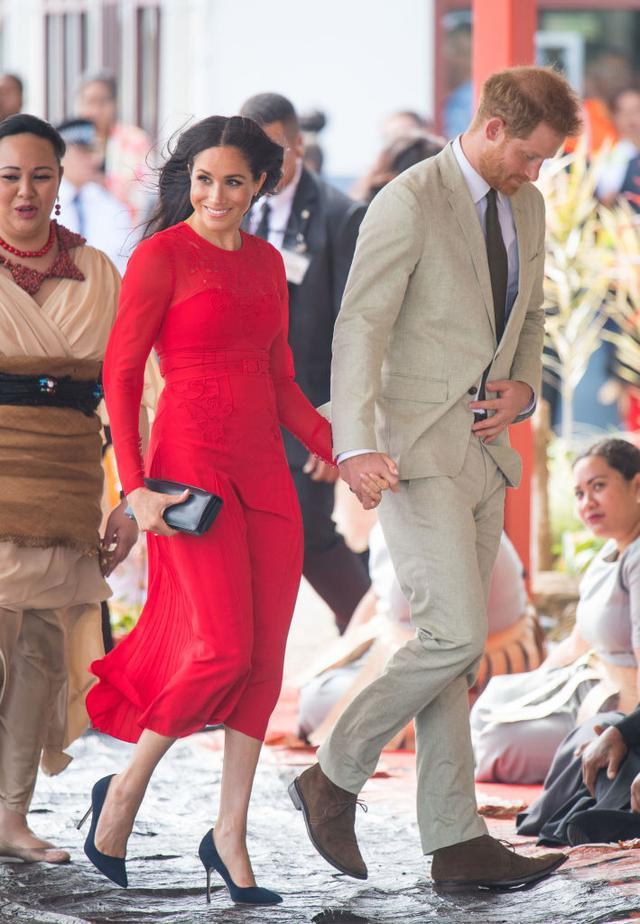 画像3: メーガン妃、ワンピの裾から「見えてはいけないモノ」がはみ出す激レアハプニング