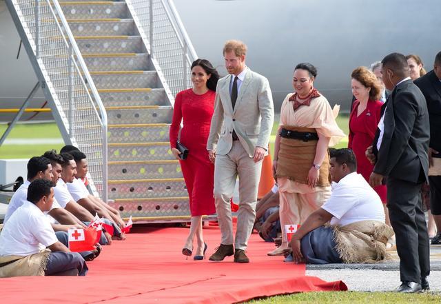 画像: 専用機でファアモツ国際空港に到着したメーガン妃&ヘンリー王子。