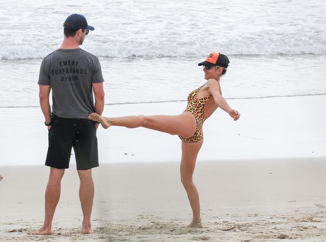 画像6: クリス・ヘムズワース、ヒョウ柄水着姿の年上妻とビーチで「映画のようなキス」