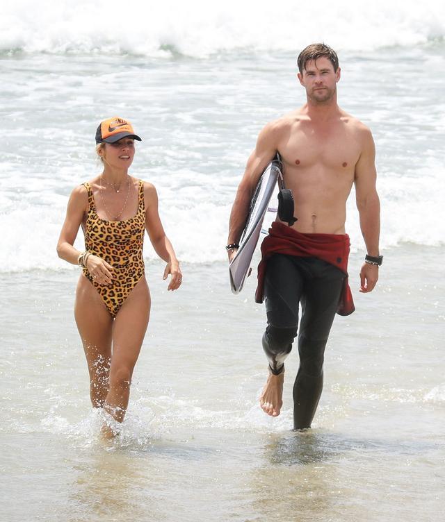 画像4: クリス・ヘムズワース、ヒョウ柄水着姿の年上妻とビーチで「映画のようなキス」