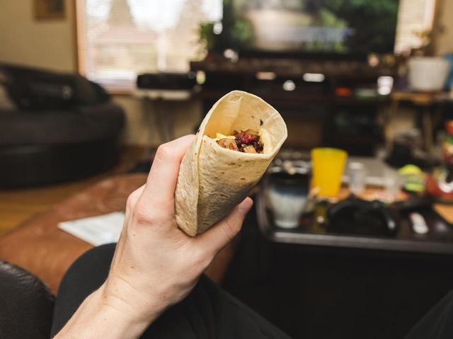 画像: ブリトーの食べ方に注目が集まる
