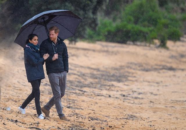 画像: あいにくの雨の中、タスマン地方にある「エイベル・タスマン国立公園」を散策したヘンリー王子とメーガン妃。