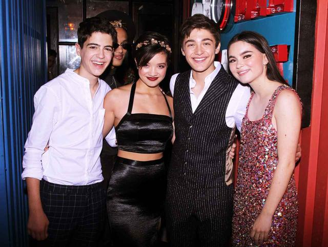 画像: 左から『アンディ・マック』で共演するジョシュア・ラッシュ、ペイトン・エリザベス・リー、アッシャー、そしてディズニー・チャンネルのドラマ『いつだってベストフレンド』でおなじみのランドリー・ベンダー。