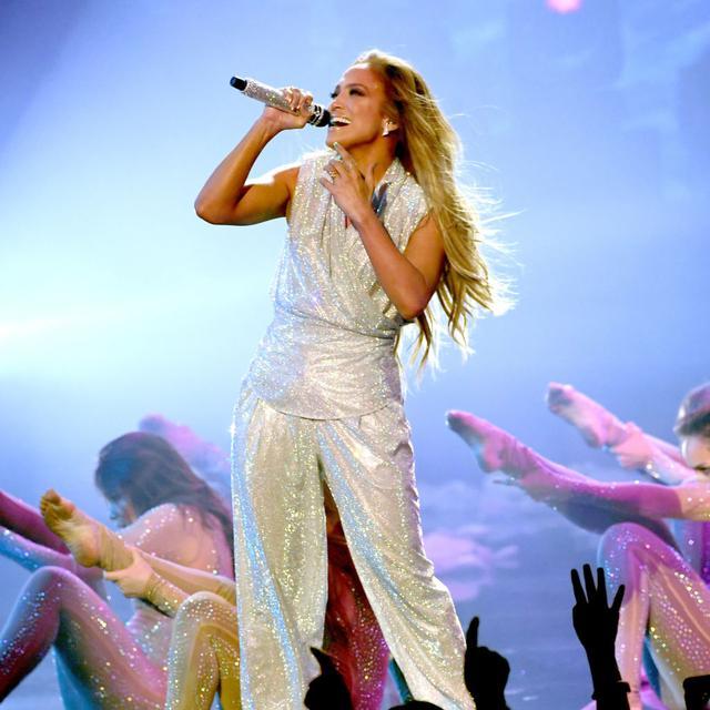 画像: アメリカン・ミュージック・アワードでパフォーマンスを披露したジェニファー。