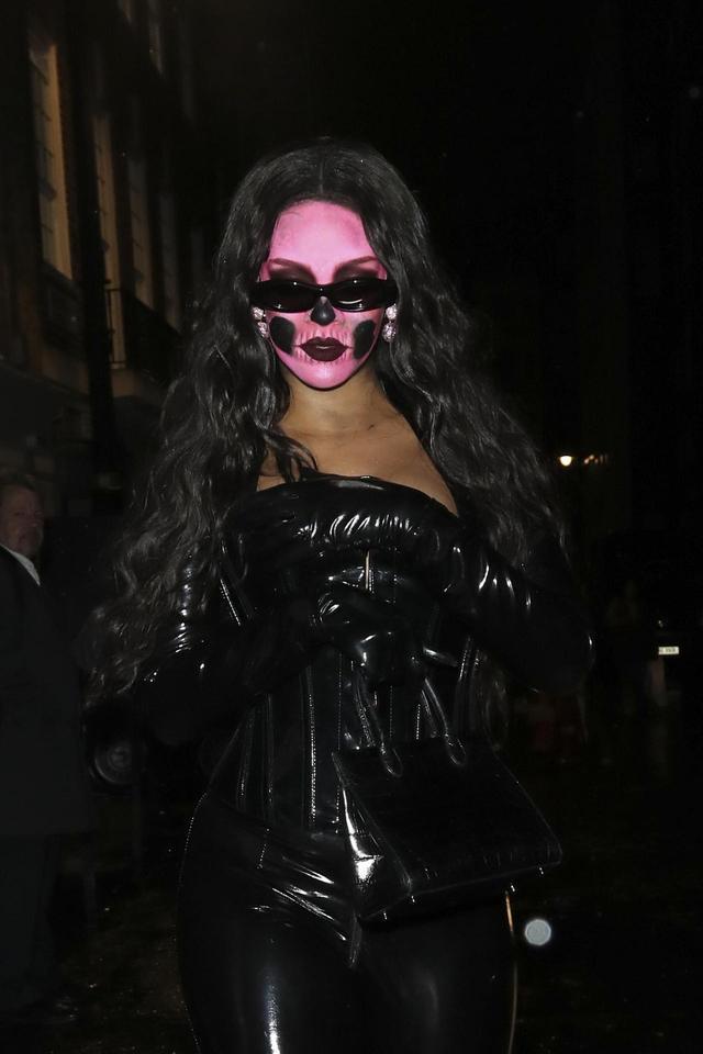 画像1: 夜道で目立ちまくりなリアーナの仮装