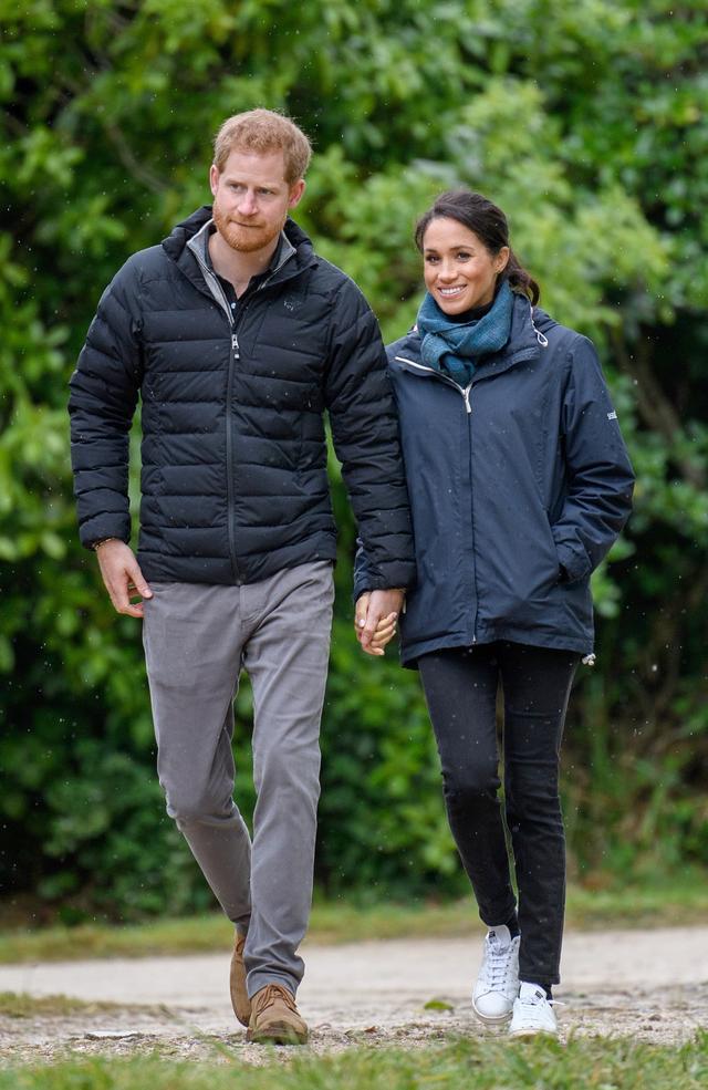 画像: ツアー2日目に同国のアベル・タスマン国立公園を訪れた際のヘンリー王子とメーガン妃。