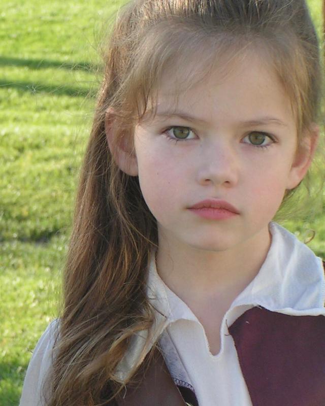 """画像1: Mackenzie Foy on Instagram: """"Happy Halloween!!! Here is a picture of when six-year-old me dressed up as Elizabeth Swan for Halloween"""" www.instagram.com"""