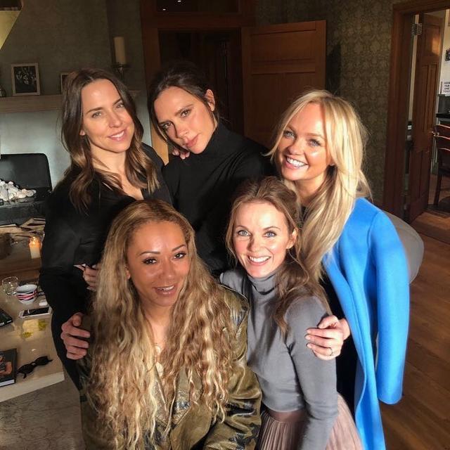 """画像1: Victoria Beckham on Instagram: """"Love my girls!!! So many kisses!!! X Exciting x #friendshipneverends #girlpower"""" www.instagram.com"""
