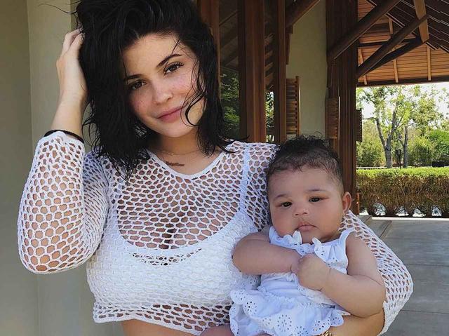 画像: 2月1日に誕生したストーミちゃん。©Kylie Jenner/Instagram