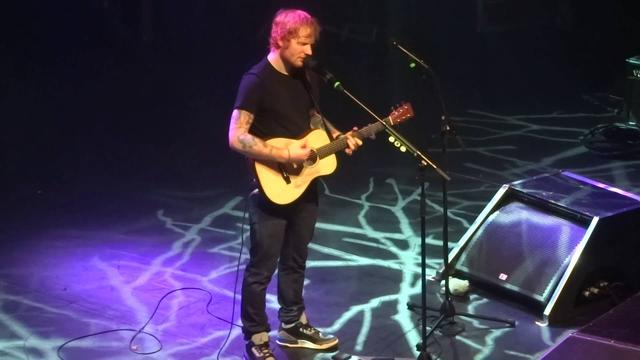 画像: Ed Sheeran - We Are, live in Paris 11/27/14 www.youtube.com