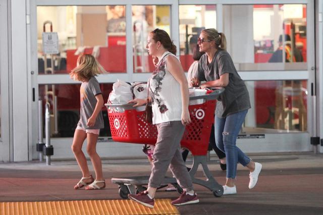 画像: すっぴんで大型量販店「ターゲット」で買い物するキャメロン。