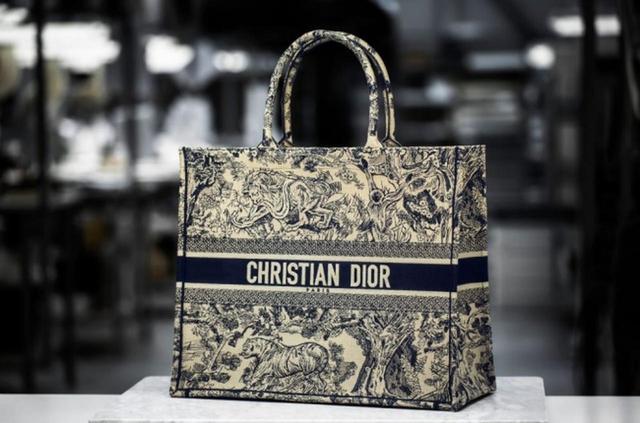 画像1: ディオールの、最新バッグ「ブック トート」ができる製作過程に迫る