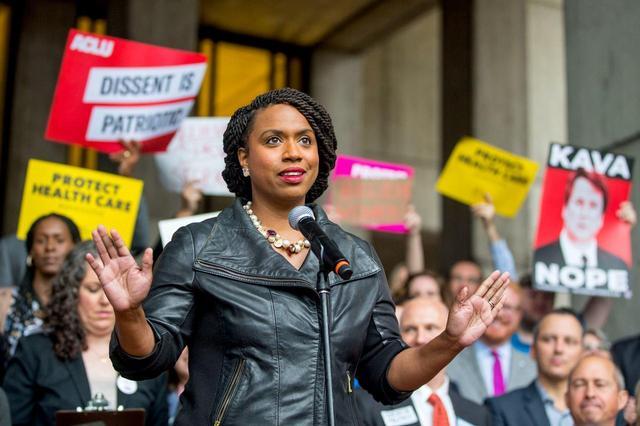 画像: マサチューセッツ州史上初めて黒人の女性議員となったアヤンナ・プレスリー氏。