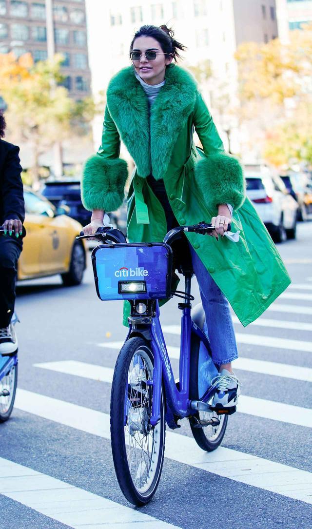 画像3: ケンダル・ジェンナー、38万円のコートでレンタル自転車に乗る