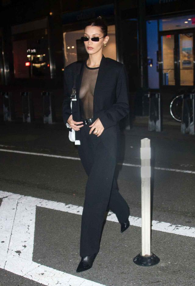 画像1: ベラ・ハディッド、かなり際どいシースルートップスを着用して向かったのは?