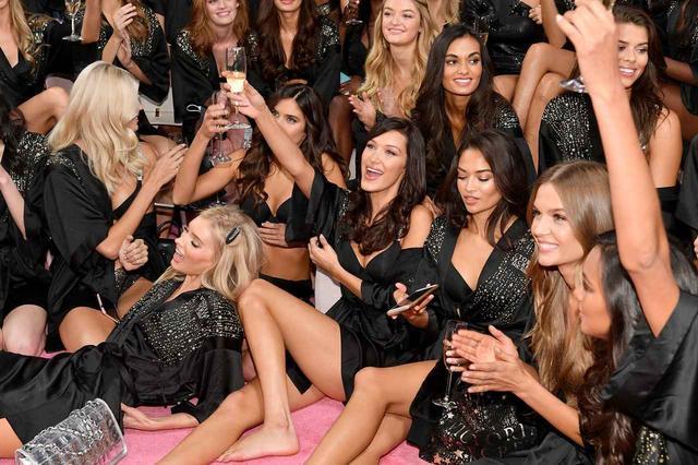 画像2: ショーに出演するモデル全員で「乾杯~♪」
