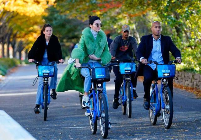 画像1: ケンダル・ジェンナー、38万円のコートでレンタル自転車に乗る