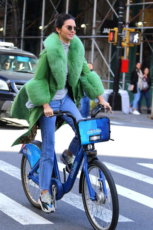 画像4: ケンダル・ジェンナー、38万円のコートでレンタル自転車に乗る